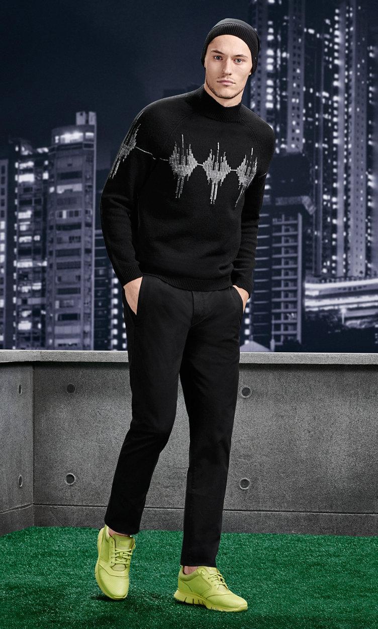 Schwarze Jacke, schwarze Hose, Mütze und Sneaker von BOSS Green