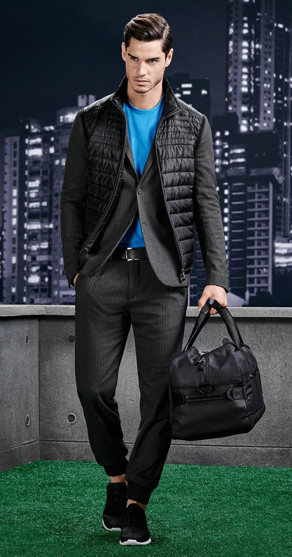 Schwarze Jacke, blaues Shirt, graue Hose und Sneaker von BOSS Green