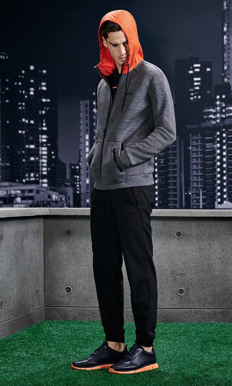 Graue Jersey-Jacke, schwarze Hose und Sportschuhe von BOSSGreen