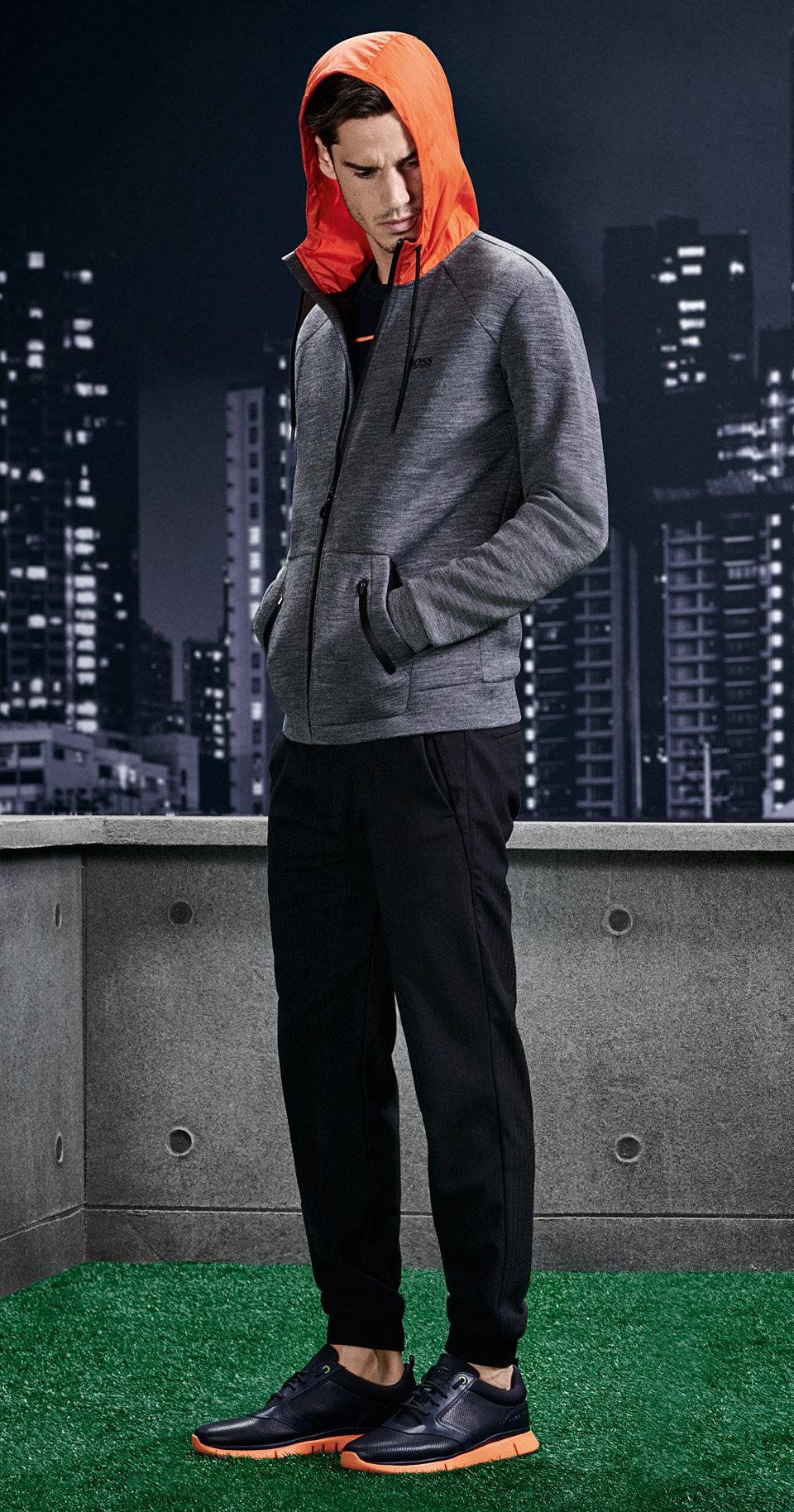 Grijze jersey jas, zwarte broek en sportschoenen van BOSS Green