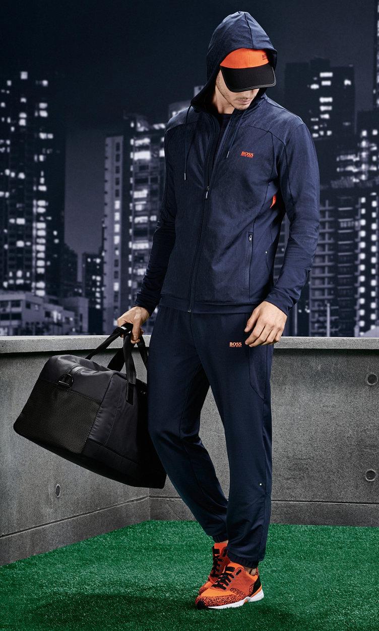 Dunkelblaues Jersey, dunkelblaue Jeans und rote Schuhe von BOSSGreen