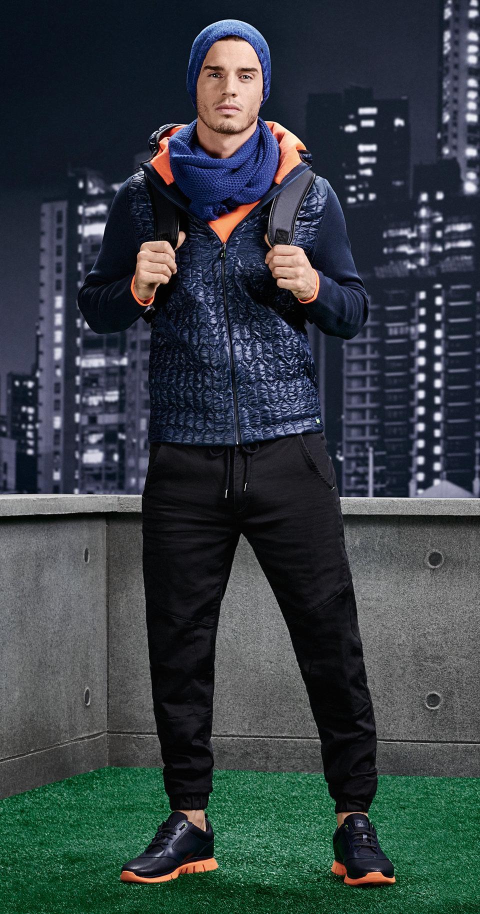Blaue Mütze, blaue Jacke, schwarze Hose und schwarze Sneaker von BOSSGreen