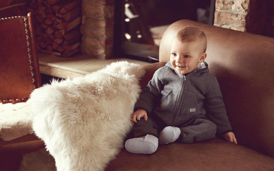 Baby in grauem Strampelanzug von BOSS