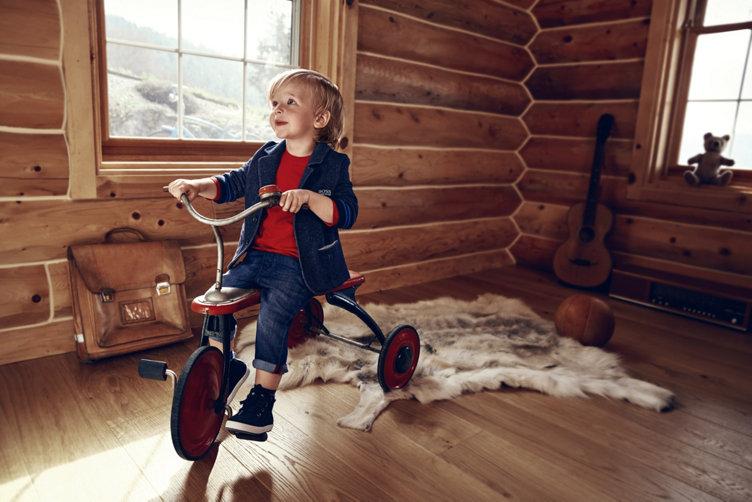 Kleiner Junge in blauer Jacke, rotem Strick und Schuhen von BOSS