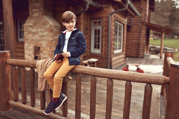 Junge in blauer Jacke und weißem Sweatshirt von BOSS