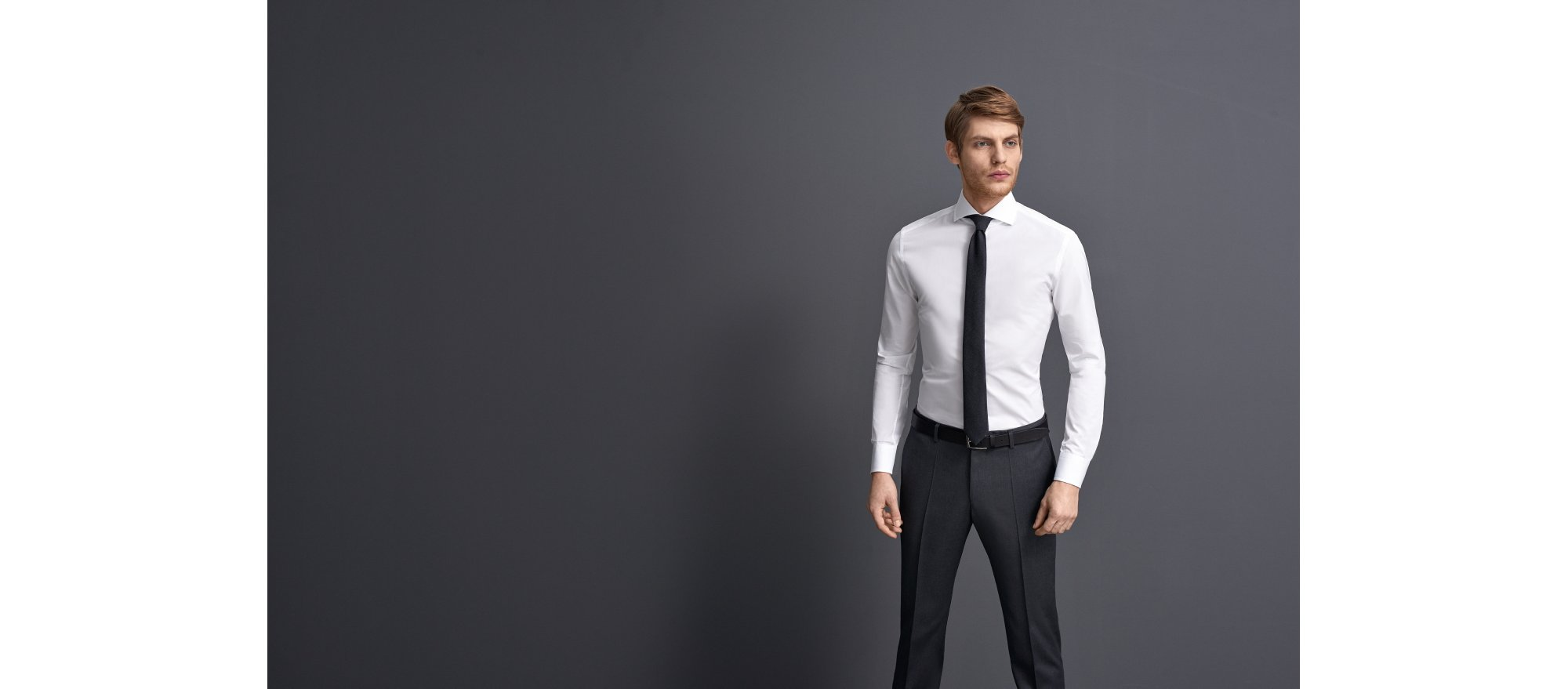 Weißes Hemd, blaue Hose und Krawatte von BOSS