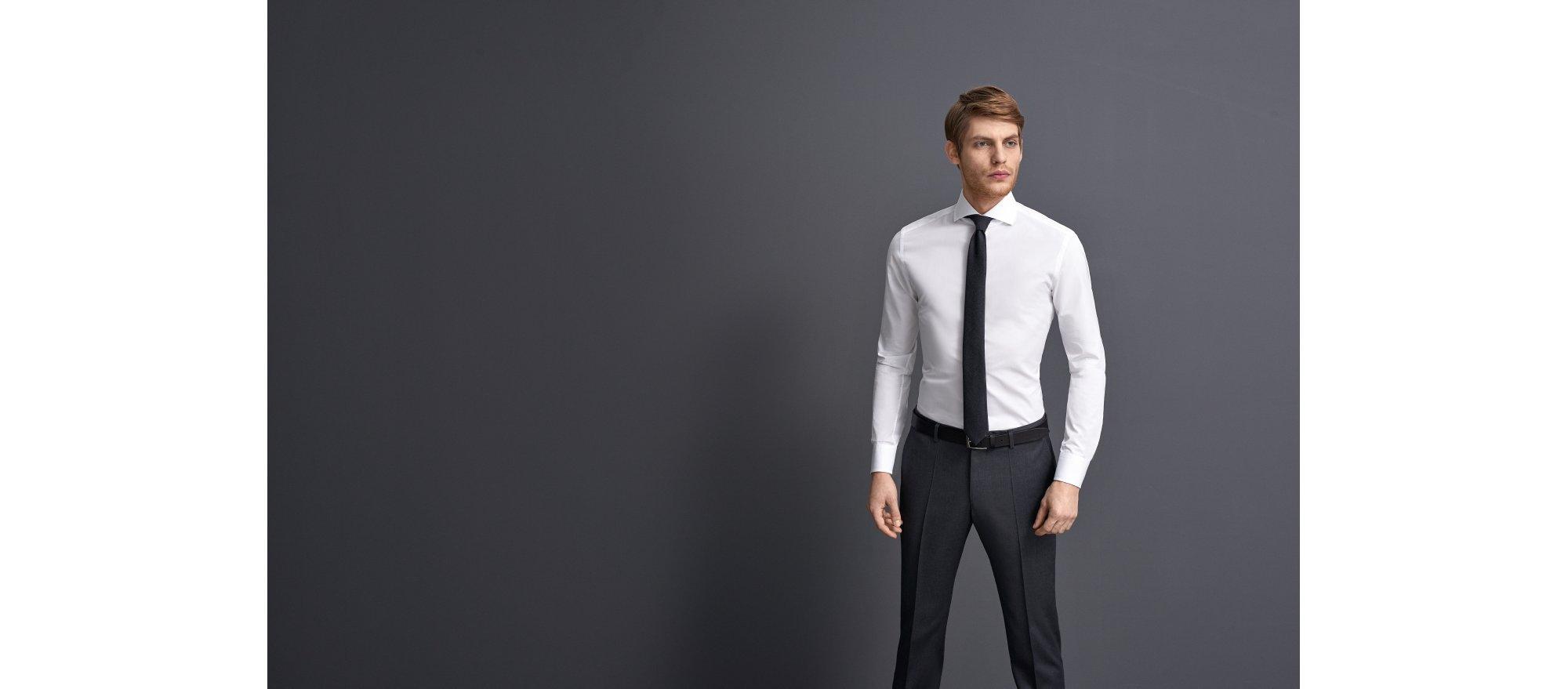Weißes Hemd und blaue Krawatte von BOSS