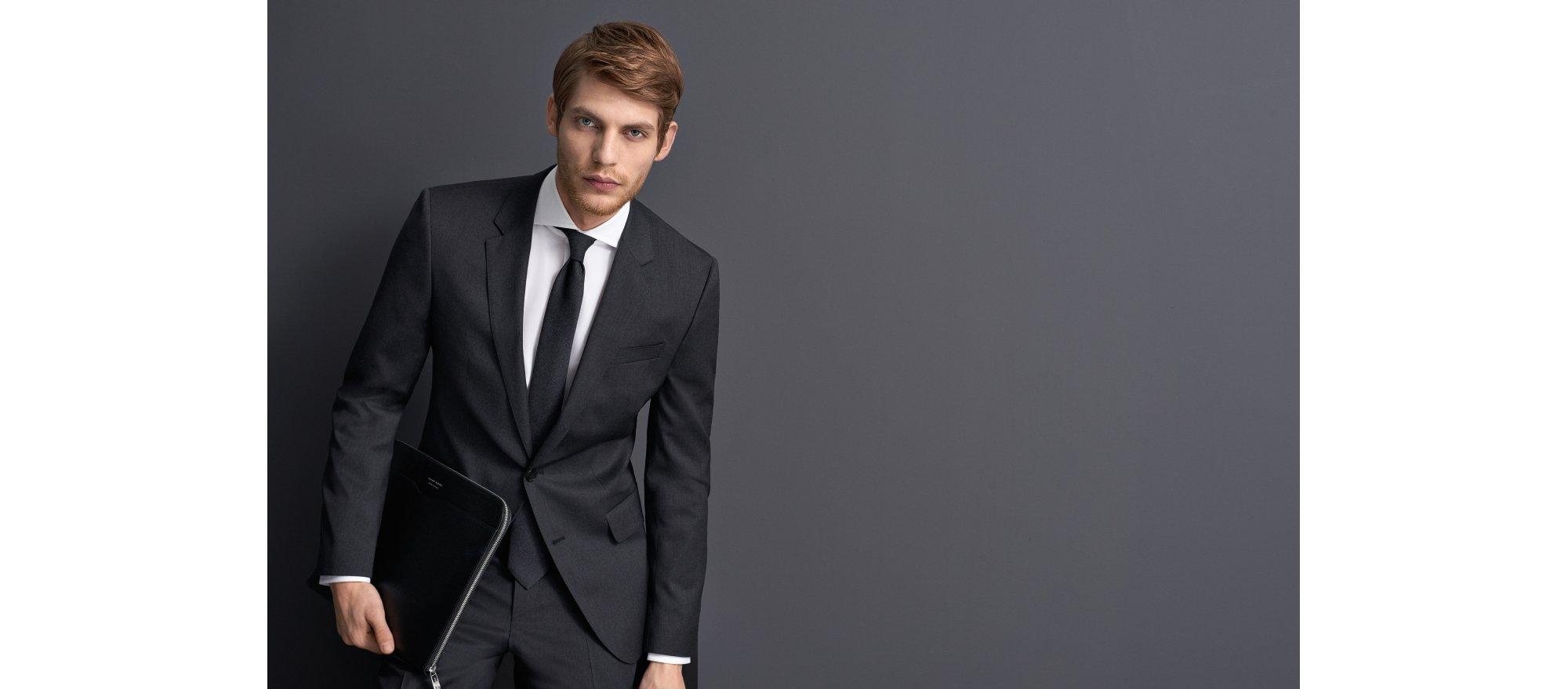 Grauer Anzug und Krawatte von BOSS