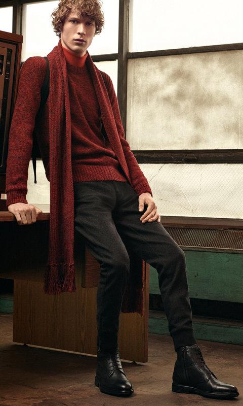 Roter Strick über rotem Strick mit einer schwarzen Hose, einem roten Schal und schwarzen Schuhen von BOSS