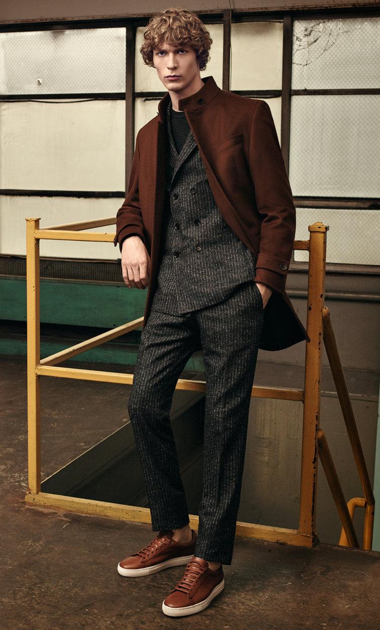 Manteau marron, costume noir, haut en maille