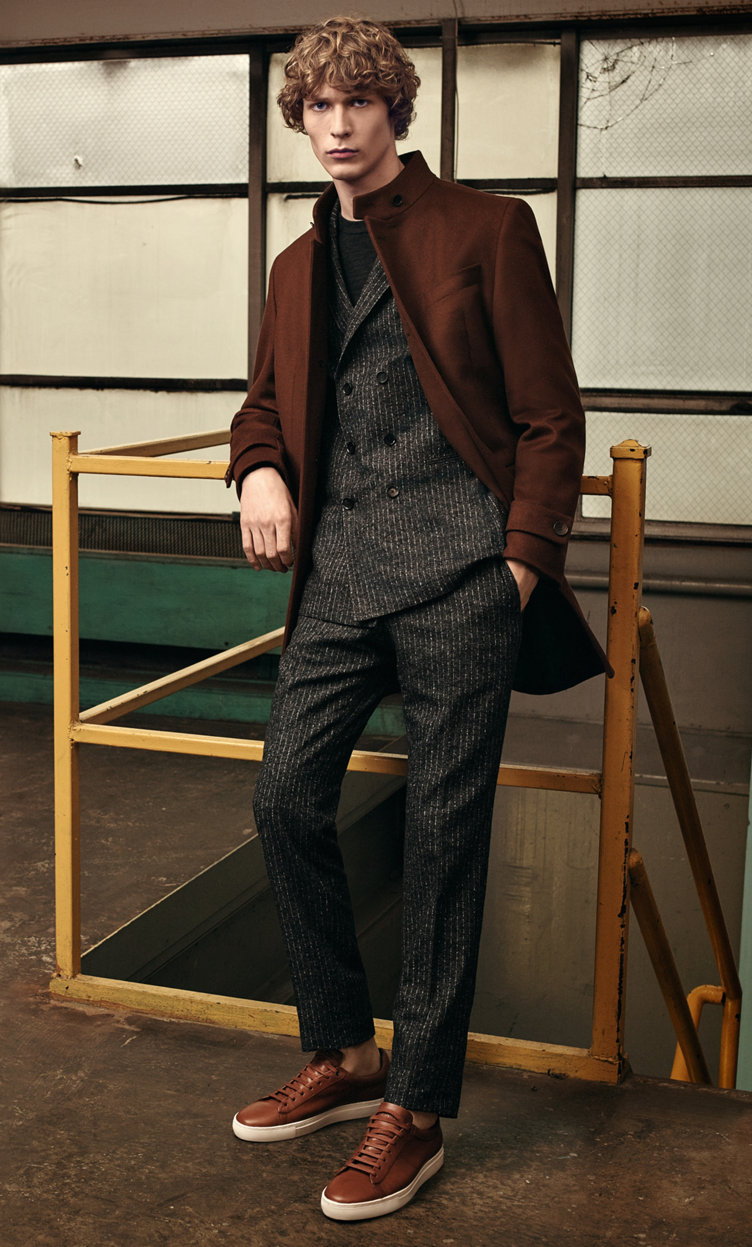 Bruine mantel, zwart kostuum, gebreide trui