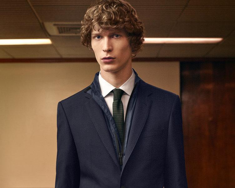 Blaues Sakko, weißes Hemd, braune Hose und khakifarbene Krawatte von BOSS