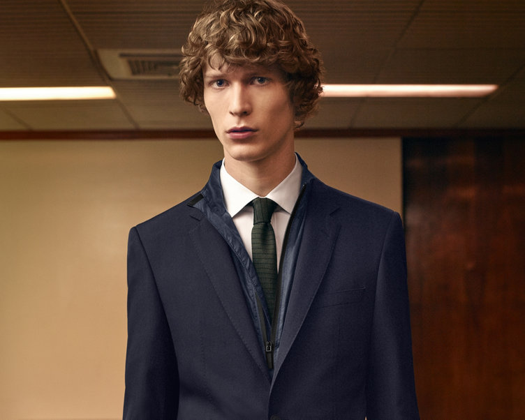 Blouson bleu, chemise blanche, pantalon marron et cravate kaki BOSS