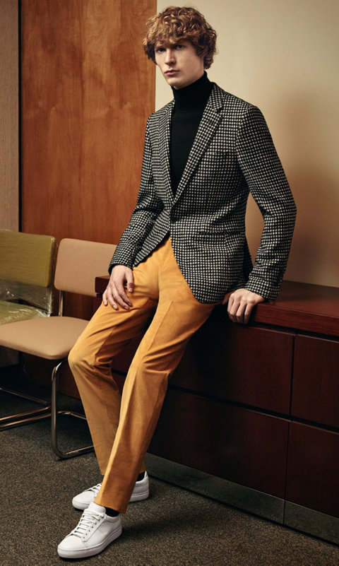 Veste bleu foncé, chemise blanche, pantalon marron foncé avec une cravate beige et des chaussures blanches BOSS