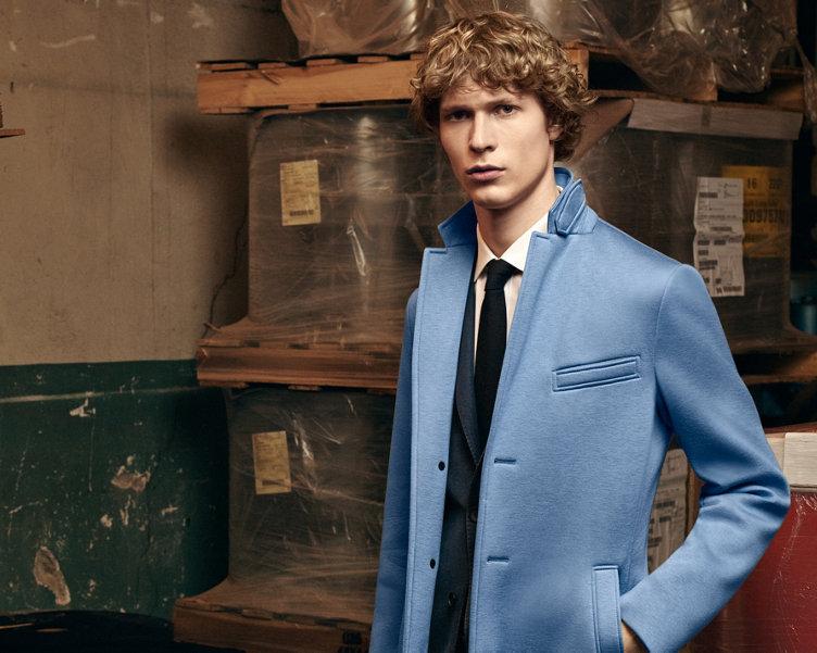 Manteau bleu, blouson ajusté bleu foncé, chemise blanche et cravate bleu foncé BOSS