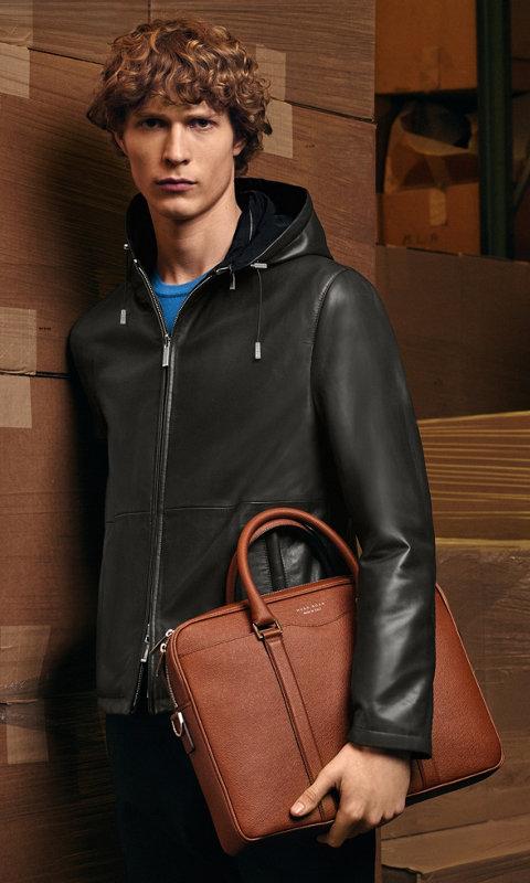 Lederjacke, Hose und BOSS Signature Bag
