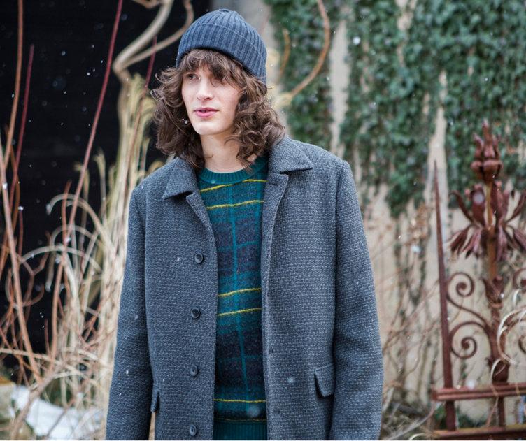 Grijze jas over groene gebreide trui met een grijze hoed van BOSS Orange