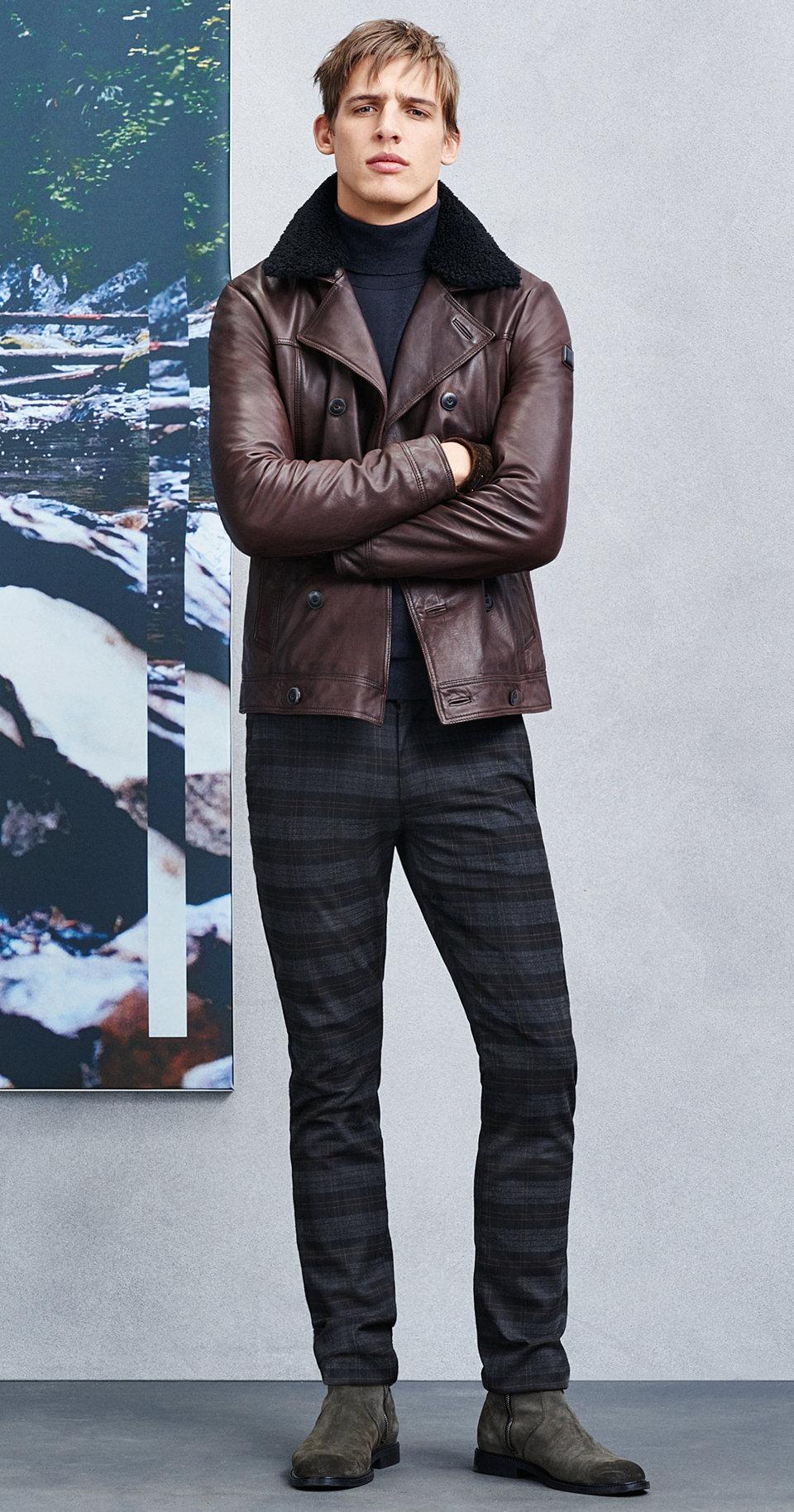 Dunkelbraune Jacke, schwarze Hose, Schal und grüne Schuhe von BOSSOrange
