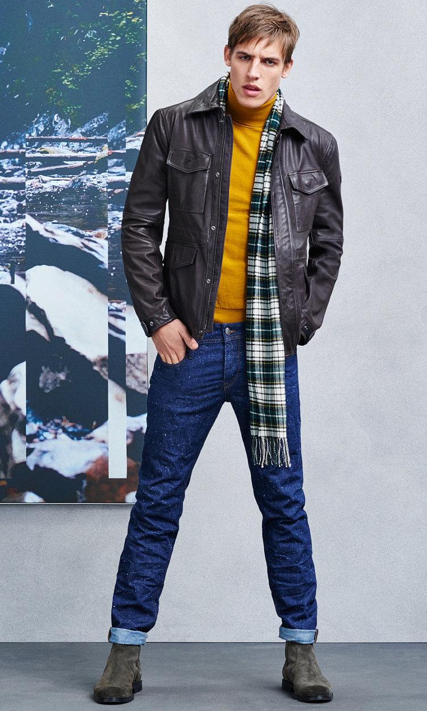 Dunkelbraune Jacke, Jeans, Schal und grüne Schuhe von BOSSOrange