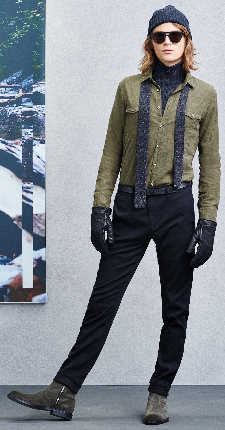 Grünes Hemd, Schal, schwarze Hose und grüne Schuhe von BOSSOrange