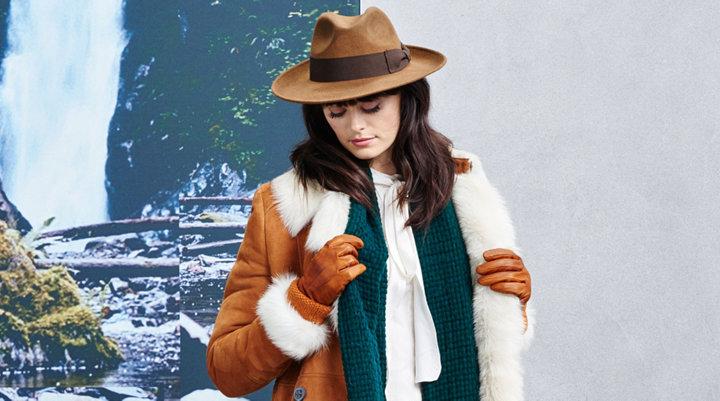 Hut, Schal, Handschuhe und hellbraune Jacke von BOSSOrange