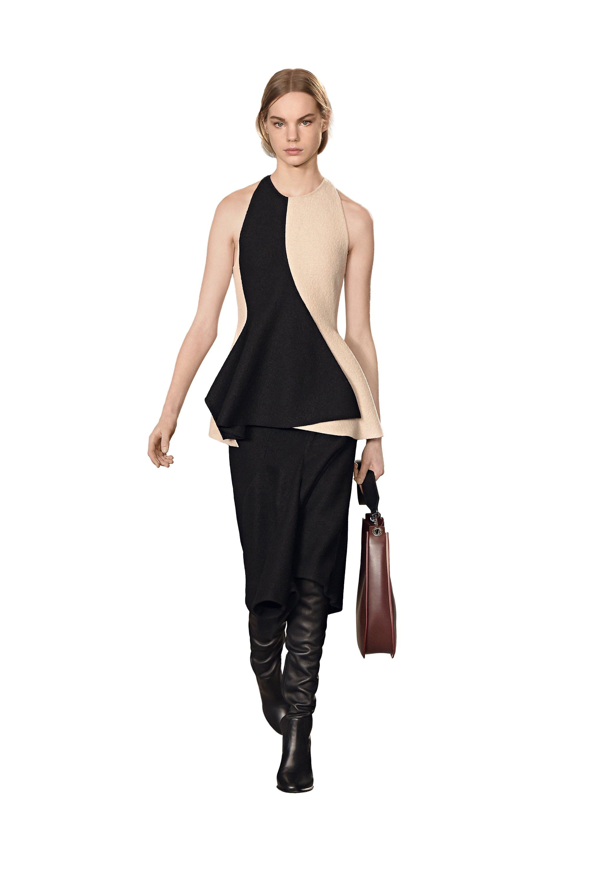 Haut noir et blanc, jupe noire et bottes BOSS