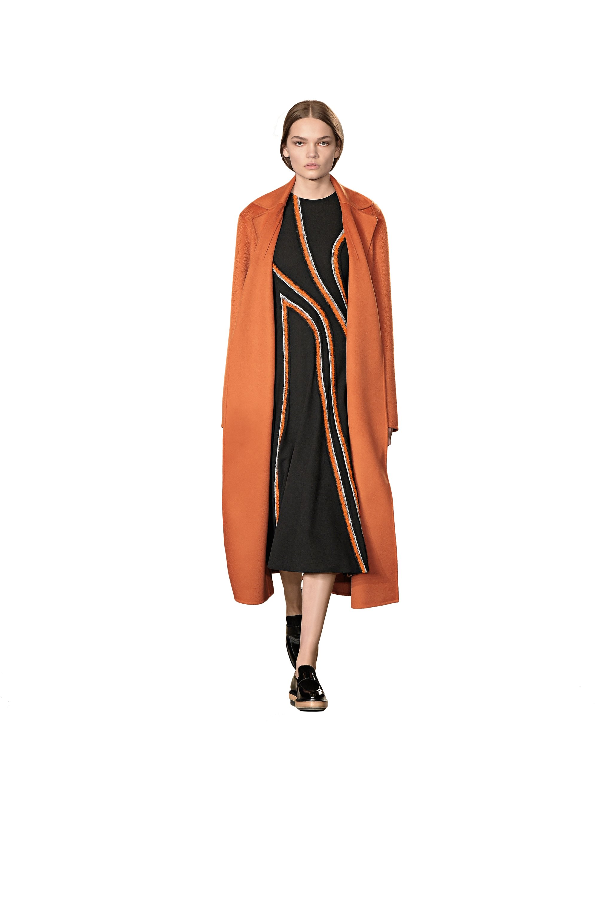 Robe noire et orange, manteau orange et mocassins noirs BOSS