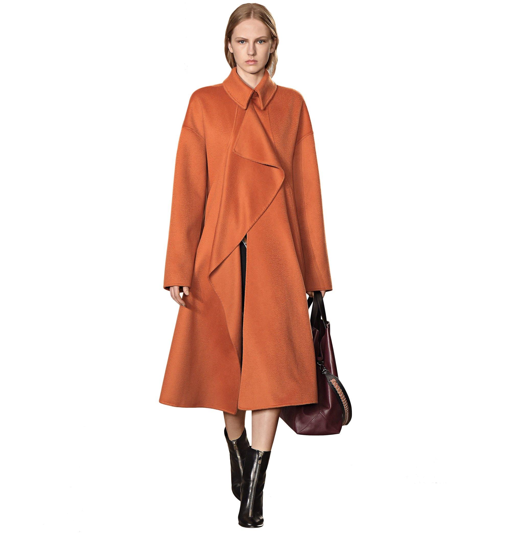 Manteau orange, sac marron et bottes noires BOSS