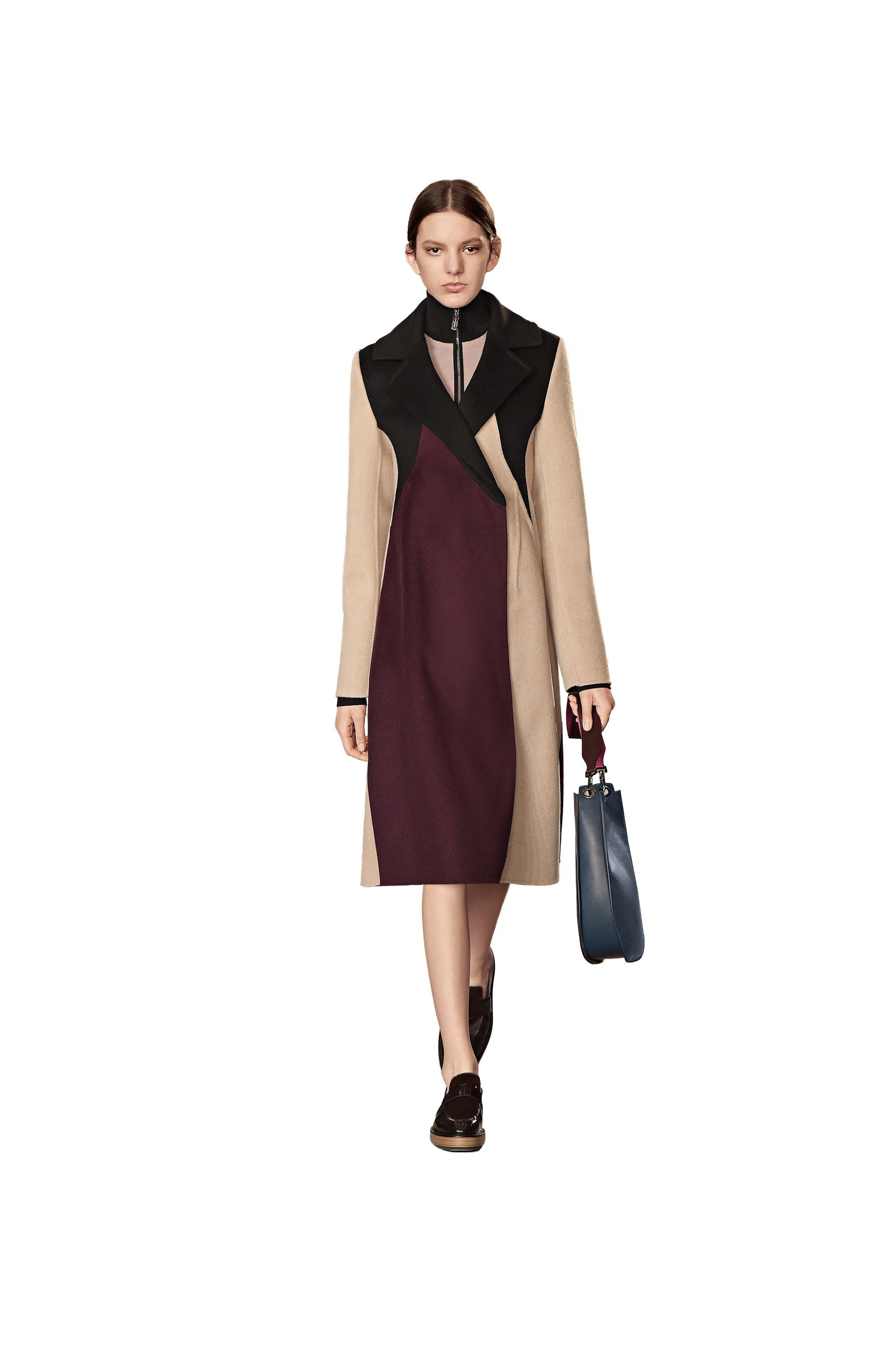 Manteau noir, violet et beige, mocassins noirs et sac à main bleu BOSS