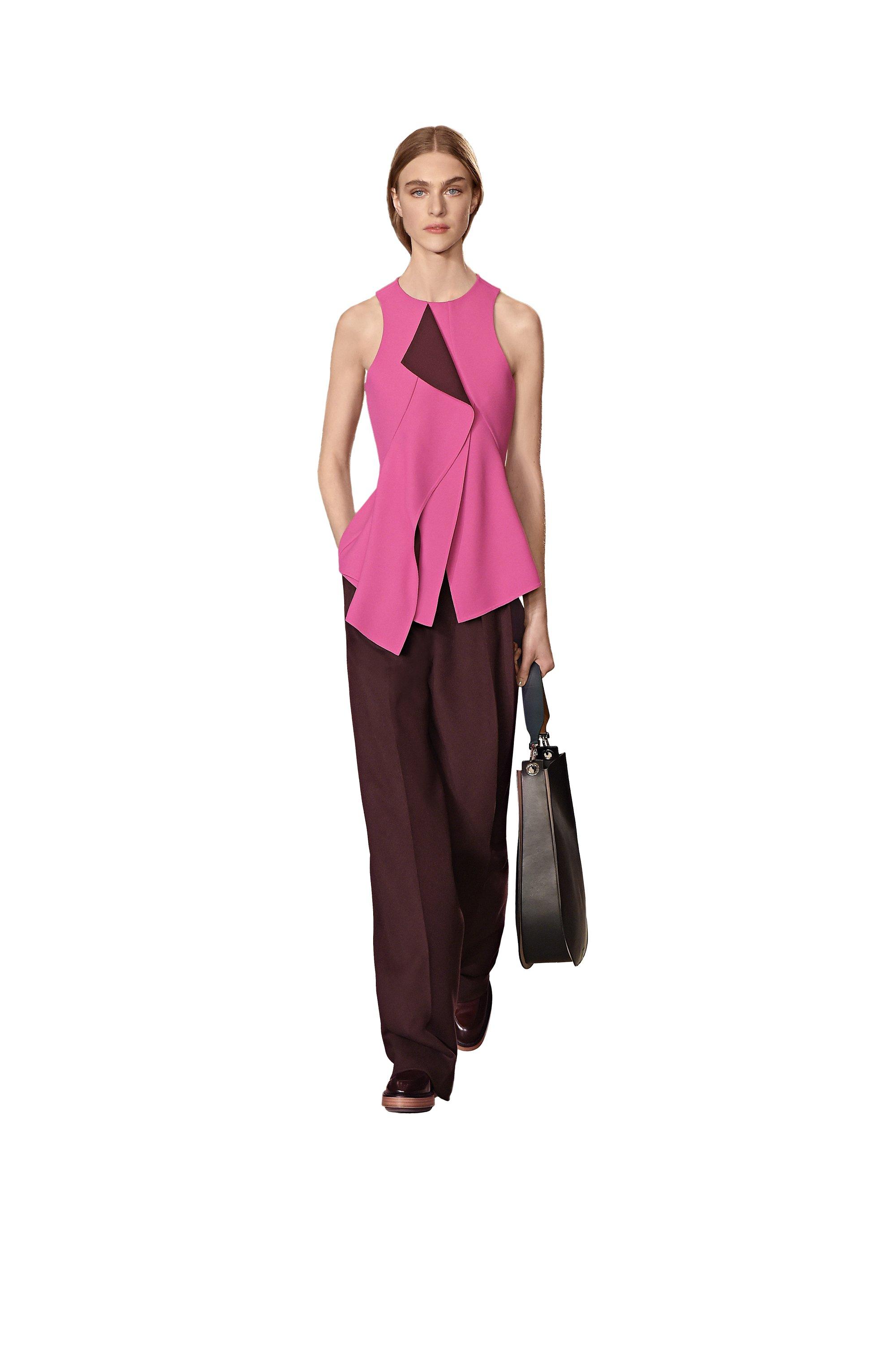 Haut rose, pantalon bordeaux, mocassins noirs et sac à main BOSS