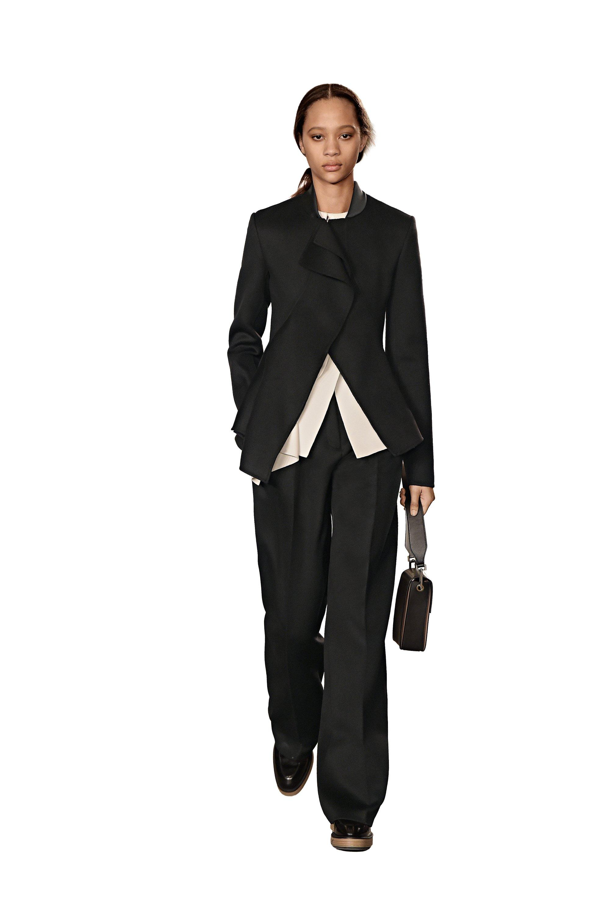 Costume noir, chemisier blanc, chaussures noires et sac à main BOSS