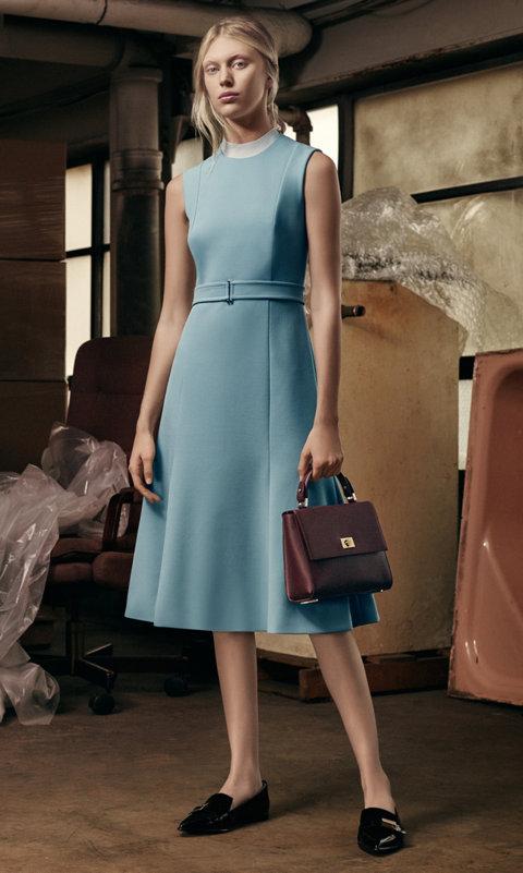 Turquoise jurk, gebreide trui in licht naturel, donkerrode tas en zwarte schoenen van BOSS