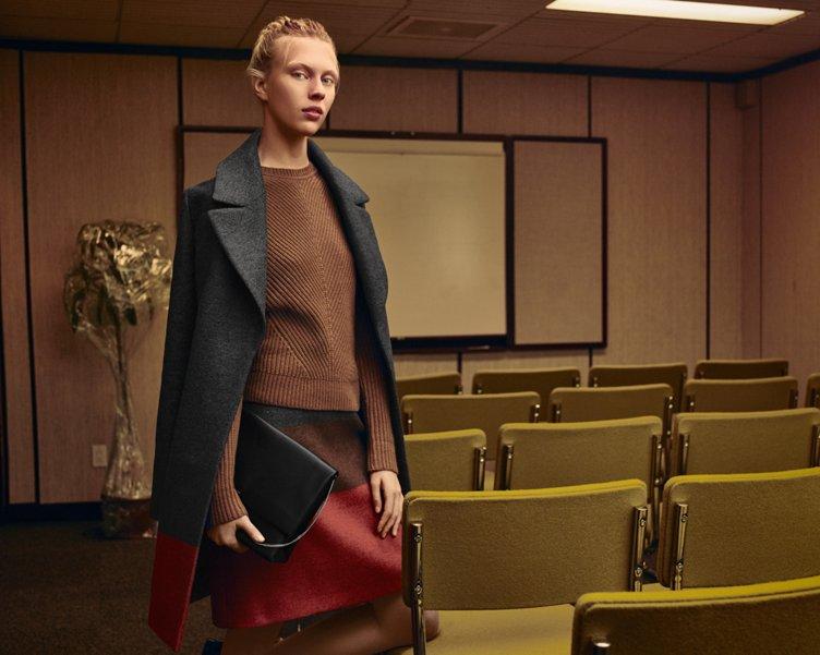 Grauer Mantel über braunem Strick mit einem roten Rock und einer schwarzen Ledertasche von BOSS