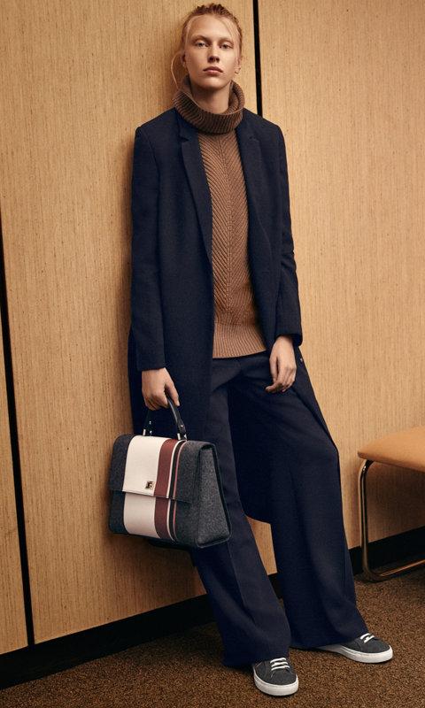 Blauwe jurk over bruine gebreide trui en blauwe broek met een grijze tas van BOSS