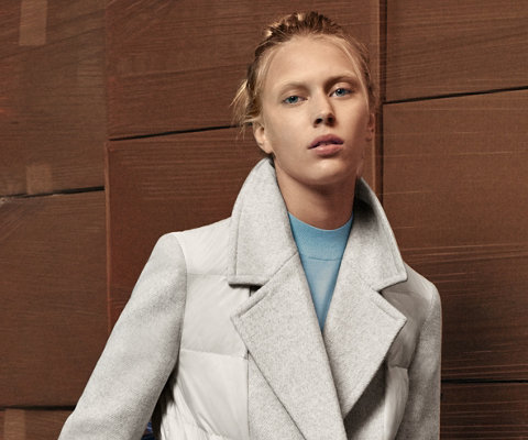 Mantel in naturel en blauwe gebreide trui van BOSS