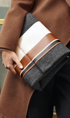 Graue Tasche mit weißen und braunen Streifen von BOSS