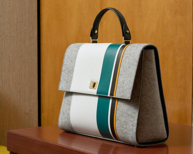 Grau-weiße Tasche mit türkisfarbenem Streifen von BOSS