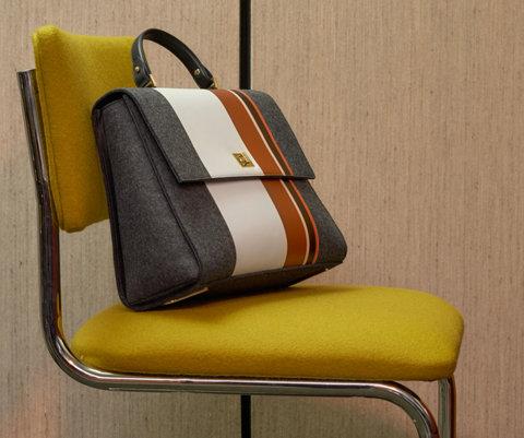 Grijs-witte tas met een bruine streep van BOSS