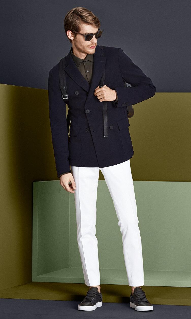 Dunkelblaue Jacke, grünes Hemd, weiße Hose mit Sonnenbrille, schwarzer Tasche und dunkelgrünen Schuhen von BOSS