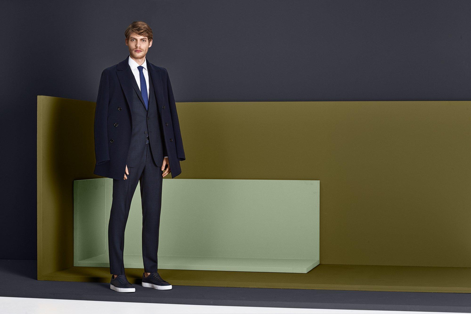 Weißes Business-Hemd, blauer Anzug und Krawatte von BOSS