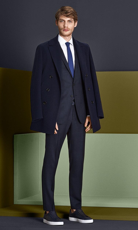 Mantel und Anzug in Dunkelblau mit weißem Hemd, blauer Krawatte, dunkelblauem Gürtel und Schuhen von BOSS