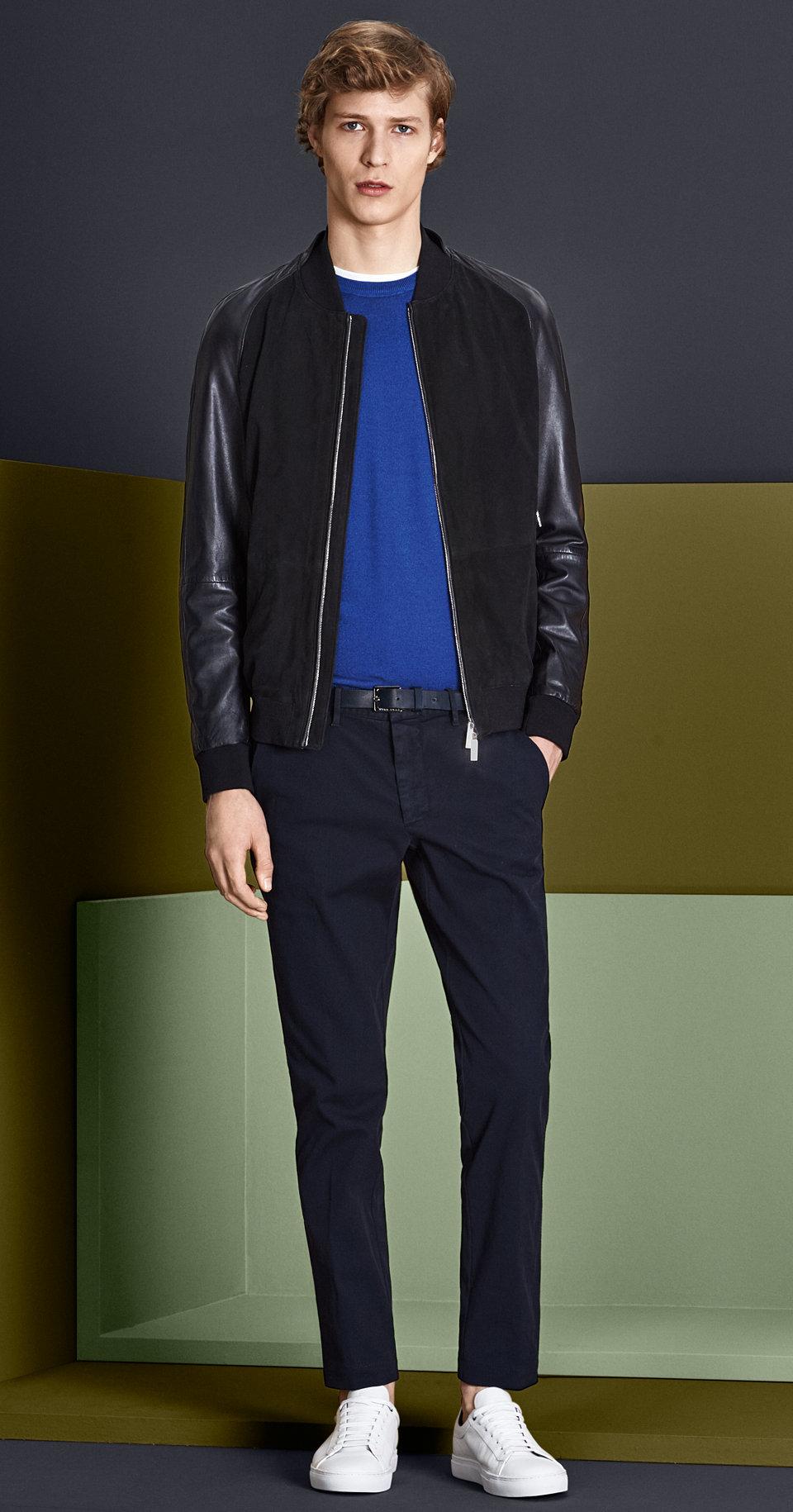 Dunkelblaue Lederjacke, Strick, weißes Jersey, dunkelblaue Hose mit schwarzem Gürtel und weißen Schuhen von BOSS