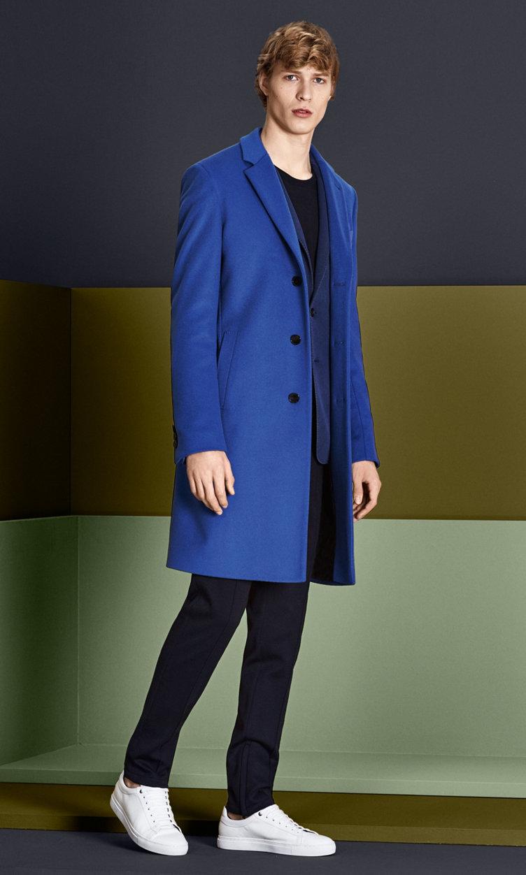 Mantel in kräftigem Blau,Sakko, Strick und Hose in Dunkelblau mit weißen Schuhen von BOSS