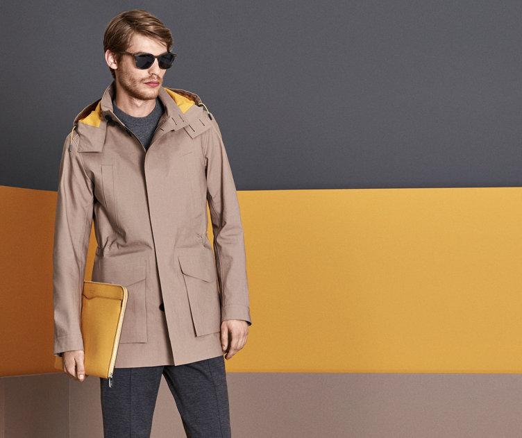 Model in blauem BOSS Blouson. Jacke mit Stehkragen und aufgesetzten Taschen.
