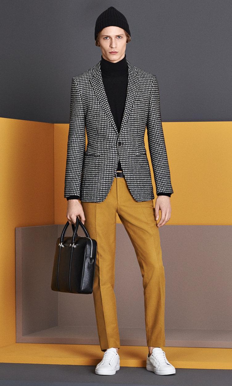 Colbert met dessin, gele trui, grijze broek, muts, tas en schoenen van BOSS