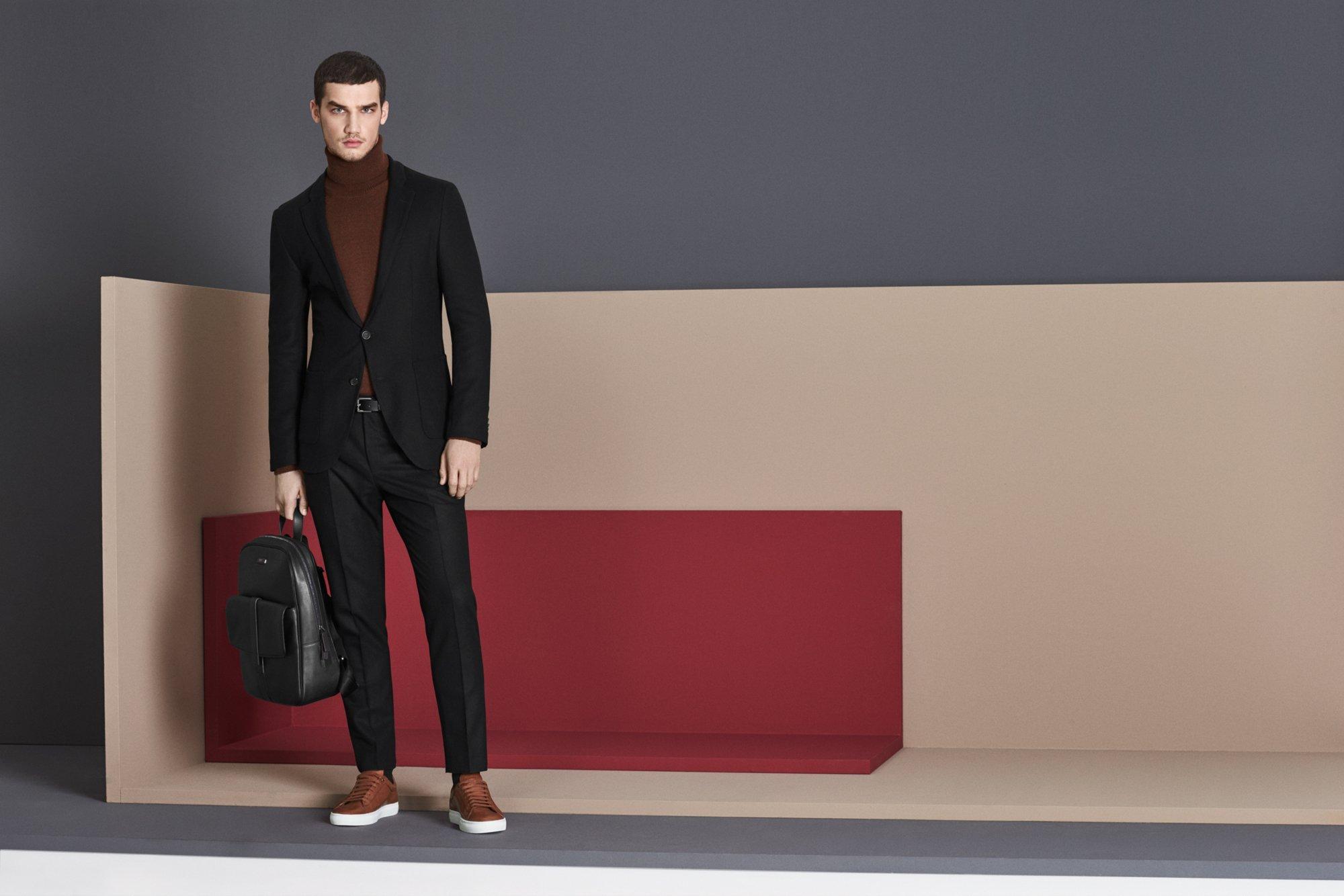 Schwarzer Casual-Anzug und rostfarbener Rollkragenpullover von BOSS