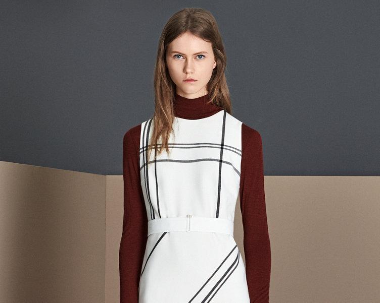 Weißes Kleid und dunkelrotes Jersey von BOSS