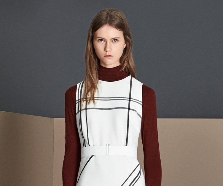Gestreiftes Kleid und dunkelroter Strick von BOSS