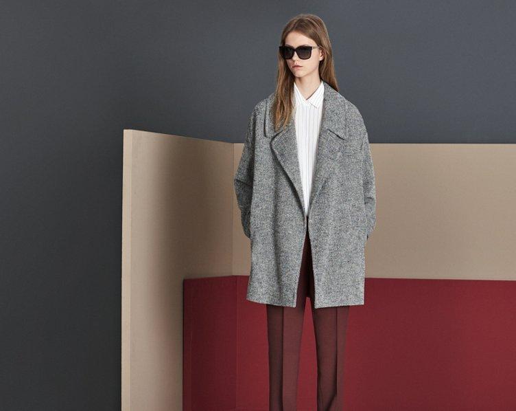 Grauer Mantel, weiße Bluse und dunkelrote Hose von BOSS