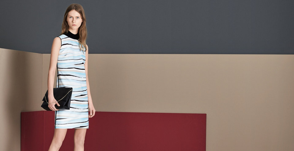 Le mannequin porte une robe bleue BOSS.